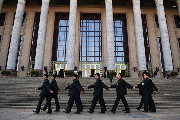 2017年3月10日,保安人員在北京人民大會堂外巡邏。(GREG BAKER/AFP via Getty Images)