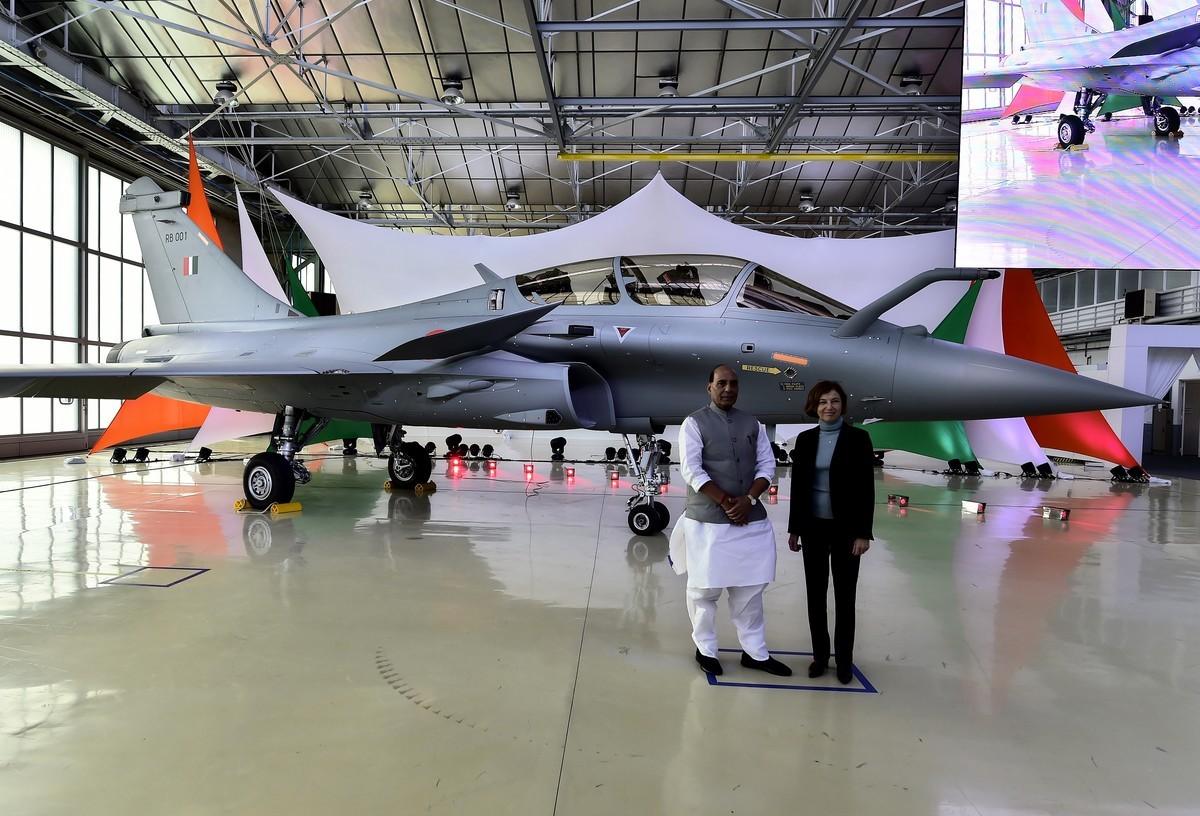 印度國防部長拉傑納特·辛格(Rajnath Singh,左)與法國國防部長Florence Parly,2019年10月8日在首架飆風(Rafale)戰機交機儀式上。(GEORGES GOBET/AFP via Getty Images)