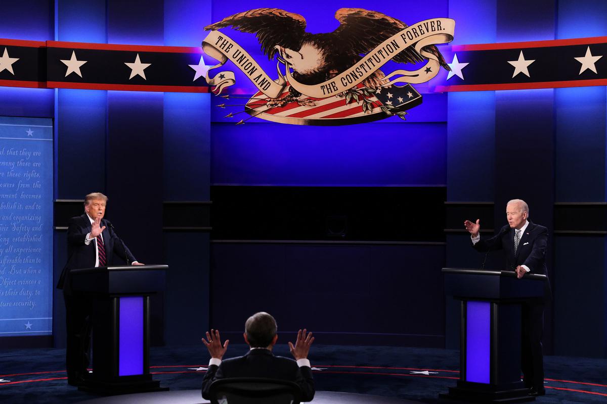美國總統特朗普和民主黨總統候選人拜登於9月29日晚在俄亥俄州的克利夫蘭市進行2020年總統大選的首場辯論。(Scott Olson/Getty Images)