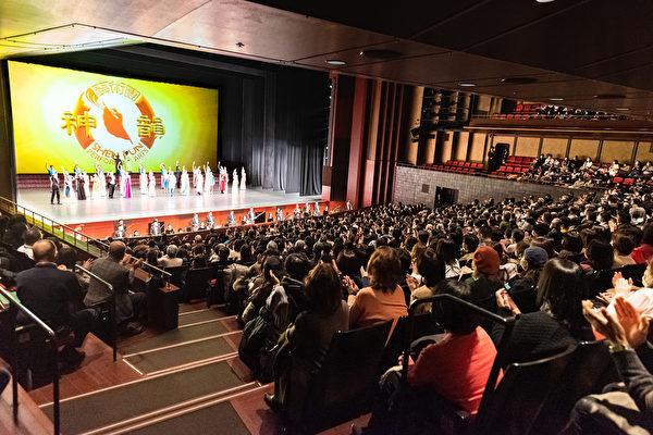 2月1日,神韻紐約藝術團在再度蒞臨日本古都京都,在京都會館(ROHM Theatre Kyoto)舉行了兩場演出。神韻以全善全美的藝術詮釋中國傳統文化內涵,贏得觀眾共鳴。(牛彬/大紀元)