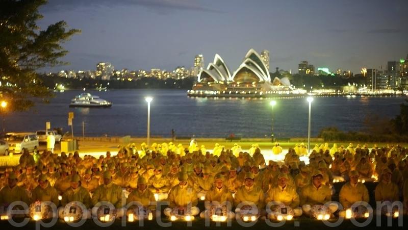 在全球法輪功反迫害22周年之際,澳洲政要和著名學者發表聲明,讚揚法輪功學員的勇氣,譴責中共暴政,呼籲結束迫害。圖為2015年悉尼部份法輪功學員在布萊德菲爾德公園(Bradfield Park)以燭光悼念的形式紀念7·20。(林亨利/大紀元)