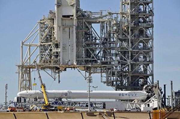 2017年2月17日,佛羅里達州的甘迺迪航天中心,一枚火箭準備發射。(Bruce Weaver/AFP/Getty Images)