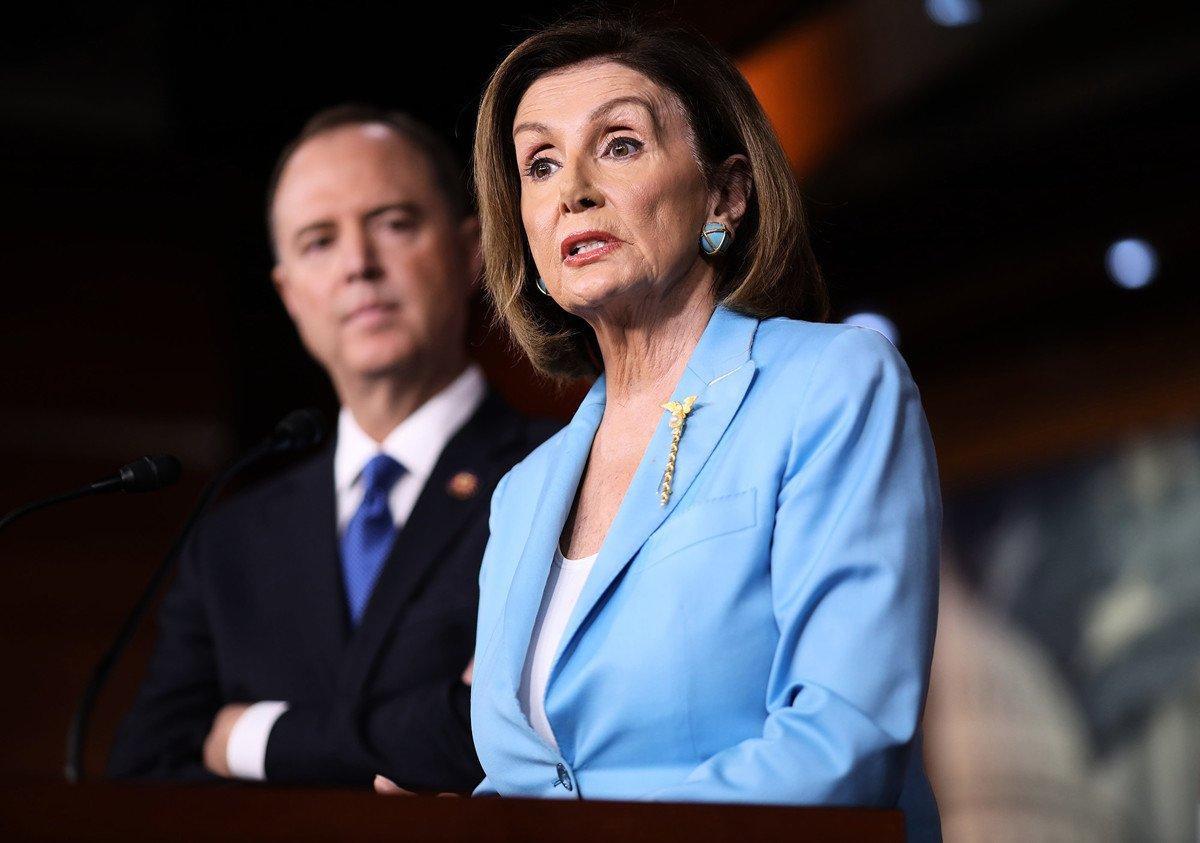圖為2019年10月2日眾議院議長南希•佩洛西(Nancy Pelosi)(右)與眾議院情報情報委員會主席謝安達(Adam Schiff)在國會山就彈劾問題答記者問。(Win McNamee/Getty Images)