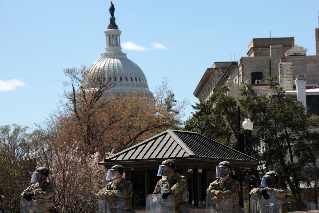 2021年4月2日,兩名警察在美國國會大廈附近被一輛車撞傷,其中一人傷重不治。疑犯被警方擊中,在醫院身亡。警察封鎖了美國國會大廈附近的街道。(Photo by Win McNamee/Getty Images)