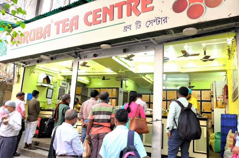 加爾各答舊城區一大型知名茶行,一早就有許多人排隊買茶。(中央社)