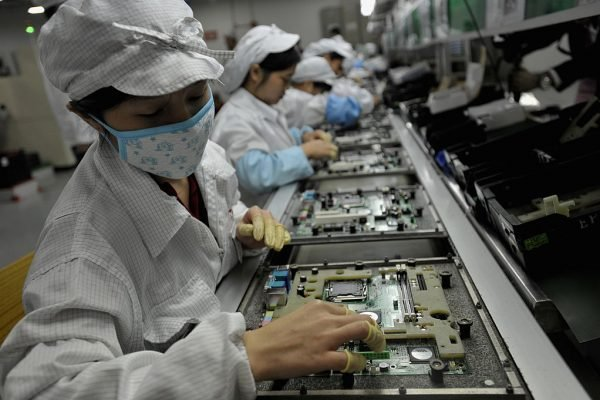鴻海(富士康)在深圳的員工。(AFP/AFP/Getty Images)