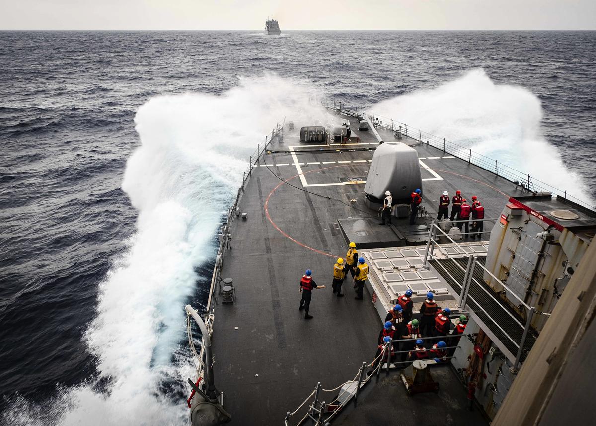 圖為美軍伯克級導彈驅逐艦約翰‧麥凱恩號(DDG 56)在南中國海靠近補給和彈藥船艾倫‧謝潑德號(USNS Alan Shepard,T-AKE 3)。(Mass Communication Specialist 2nd Class Markus Castaneda)