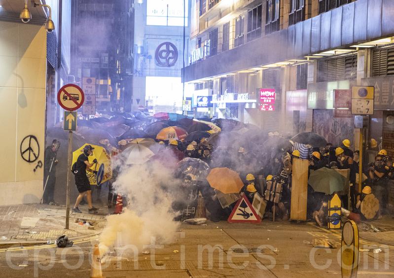 7.28遮打反警察暴力集會後,警察頻繁發射橡膠子彈及催淚彈清場。(余鋼/大紀元)