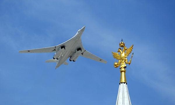一架Tu-160轟炸機飛躍莫斯科紅場。(AFP via Getty Images)