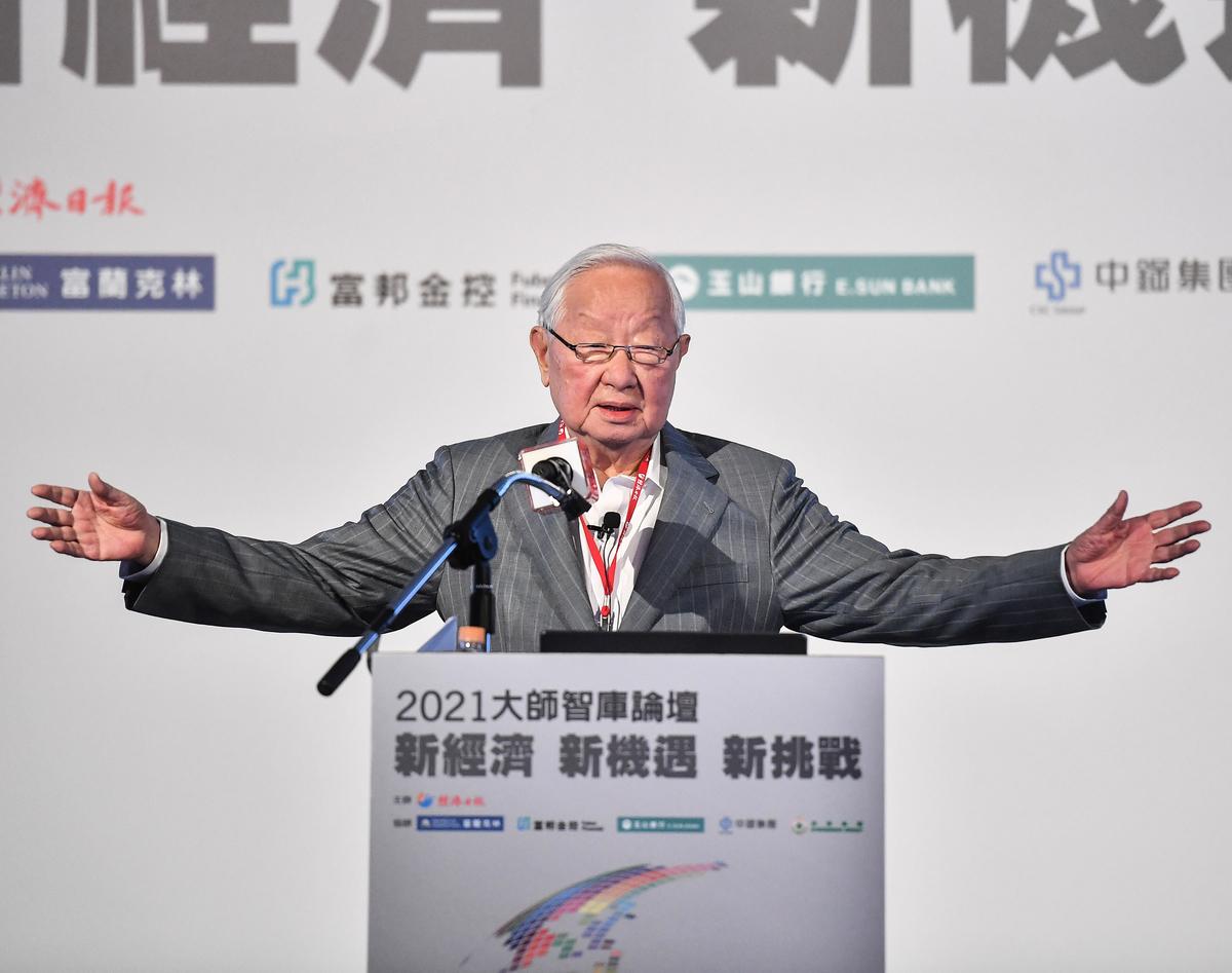 2021大師智囊論壇4月21日在台北國際會議中心舉行,台積電創辦人張忠謀以「珍惜台灣半導體晶圓製造的優勢」為題演講。(中央社)