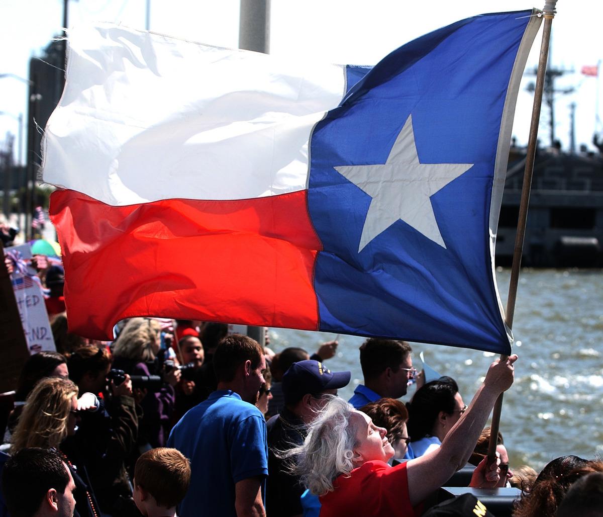 德州眾議員比德曼(Kyle Biedermann)提出議案,要求德州人民對是否獨立進行公投。圖為一次活動上德州人民高舉德州孤星之州旗幟。(Mike Heffner/Getty Image)