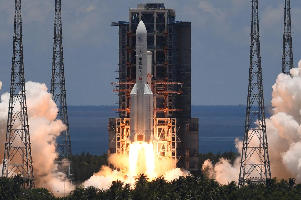 2020年7月23日,長征五號運載火箭從海南省的文昌航天發射場發射升空,火箭搭載著「天問一號」火星探測器。(Noel Celis/AFP via Getty Images)
