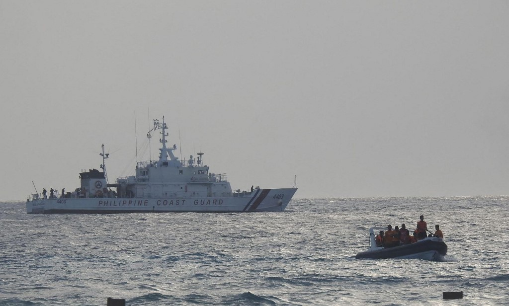 2021年4月25日,菲律賓海岸警衛隊在南沙群島區域的中業島(Thitu island)軍演。(Handout/Philippine coast Guard/AFP)