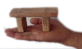 中共酷刑:坐刑用的「小小凳子」。(明慧網)