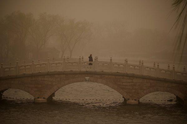 2021年3月15日,北京市出現沙塵暴,滿天黃沙、遮天蔽日。圖為3月15日北京後海的情況。(NOEL CELIS/AFP via Getty Images)