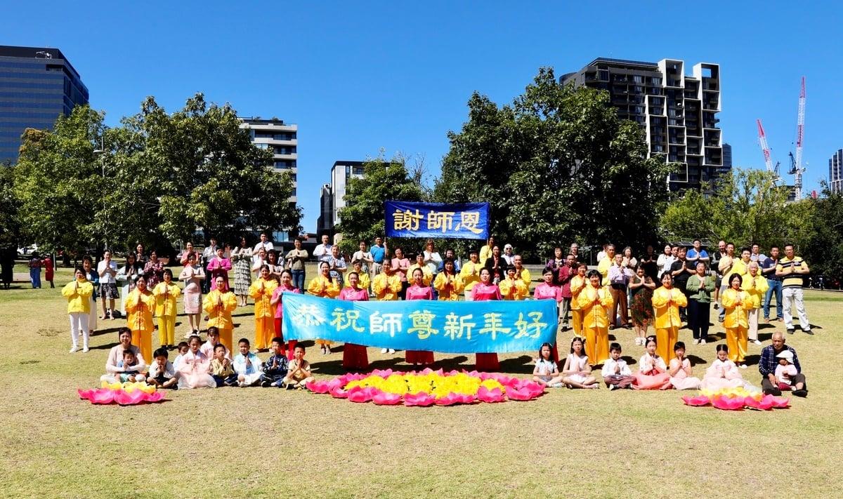 2021年中國傳統新年到來之際,墨爾本部份法輪大法學員齊聚博士山公園(Box Hill Gardens),向恩師李洪志先生拜年,恭賀師父新年好。(李奕/大紀元)
