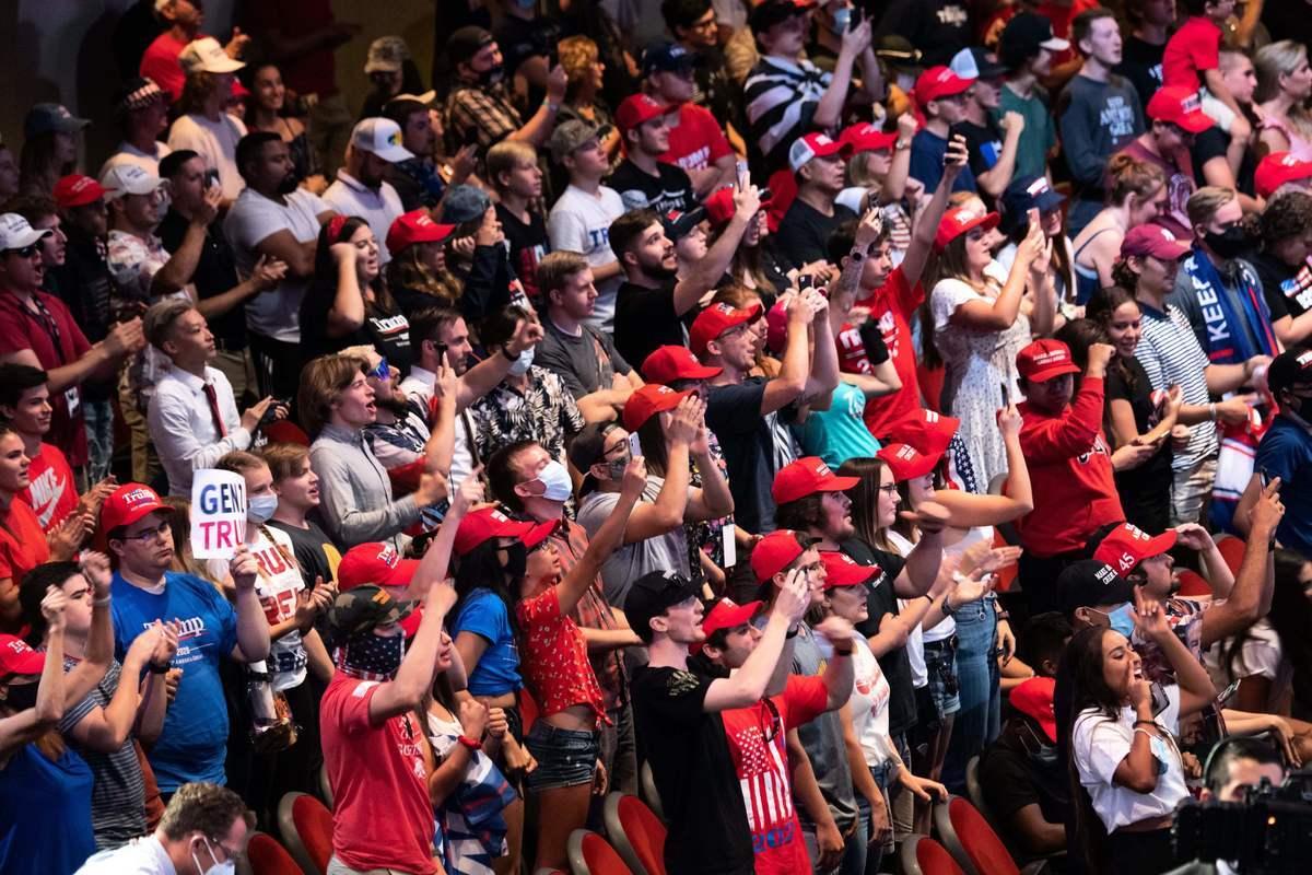 2020年8月29日,美國路易斯安那州查理斯湖,特朗普總統在消防局對救災人員和其他官員講話。(ROBERTO SCHMIDT/AFP via Getty Images)