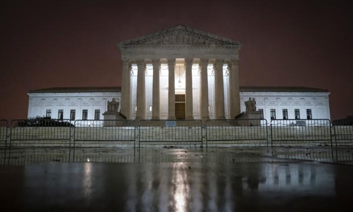 2020年10月12日,華盛頓,最高法院燈火通明。(Drew Angerer/Getty Images)