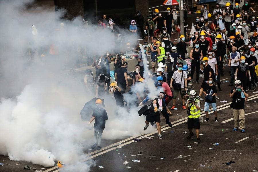 組圖:上萬港人圍立會促撤惡法 警開槍驅趕