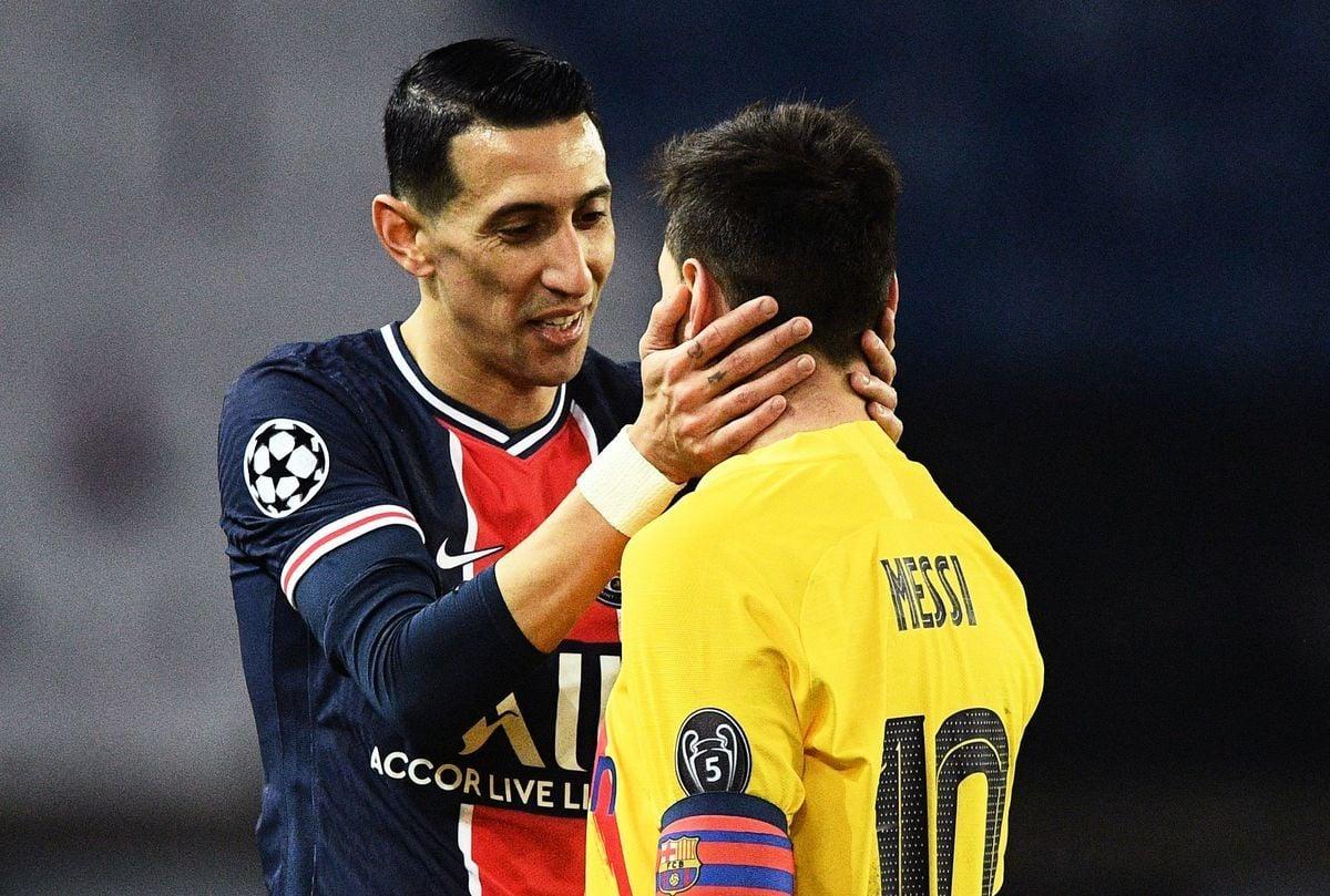 在歐冠16強兩回合淘汰賽中,巴黎聖日耳曼以總比分5比2淘汰了梅西率領的巴薩。圖為大巴黎球星迪馬裏亞(左)在安慰梅西。(FRANCK FIFE/AFP via Getty Images)