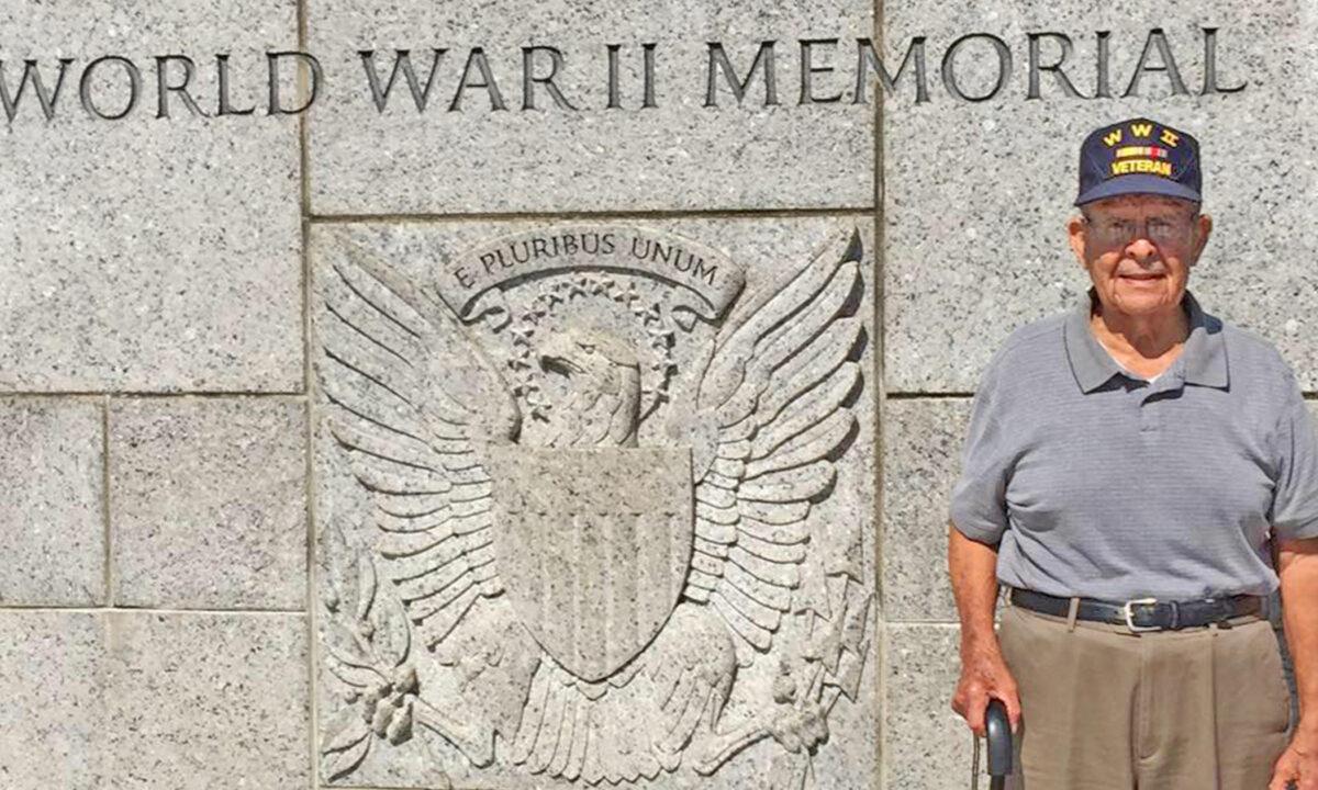 紫心勳章和銅星獎得主,住在德州聖安東尼奧市的阿爾弗雷德‧瓜拉(Alfred Guerra),94歲時照片。二戰期間,瓜拉曾在太平洋戰爭中服役。(由薩拉‧洛塞爾‧瓜拉提供)