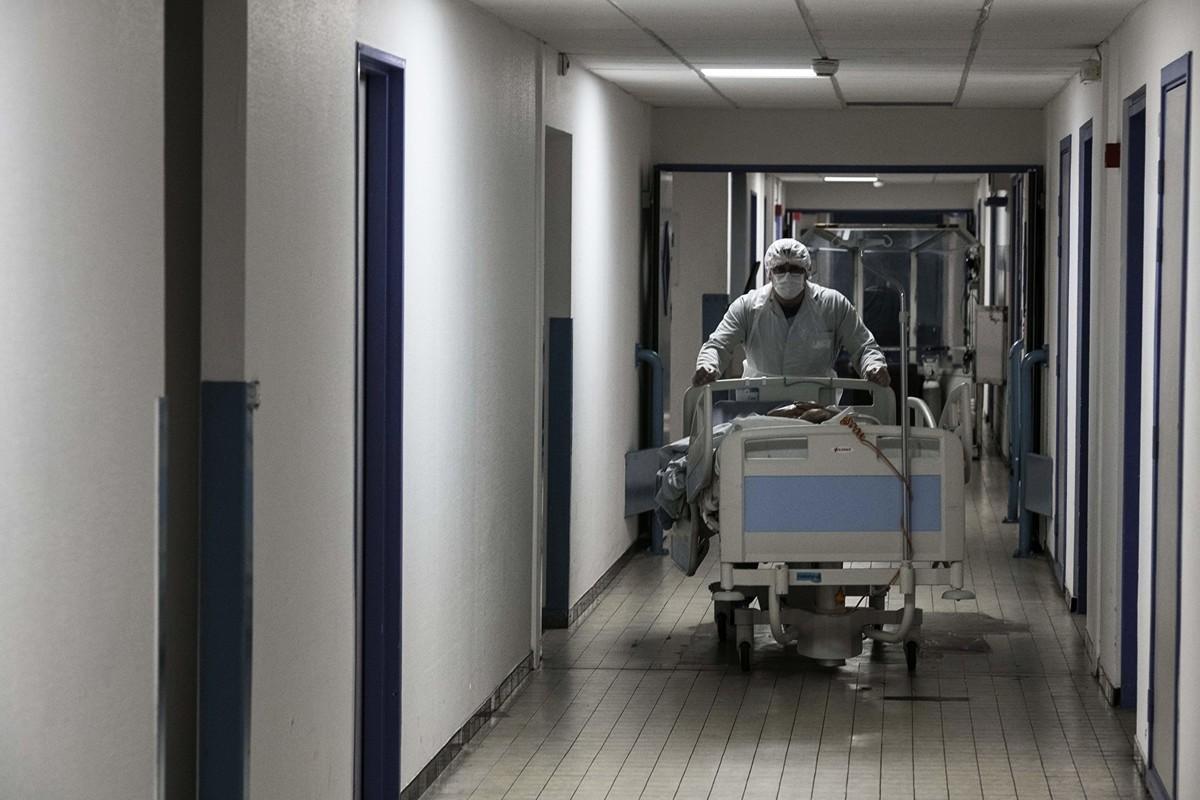 近日許多研究皆指出,許多確診中共病毒的重症患者都會出現血栓,嚴重者會引起中風、心臟病、截肢,甚至死亡。圖為一名法國醫護推著中共病毒的患者。(Getty Images)