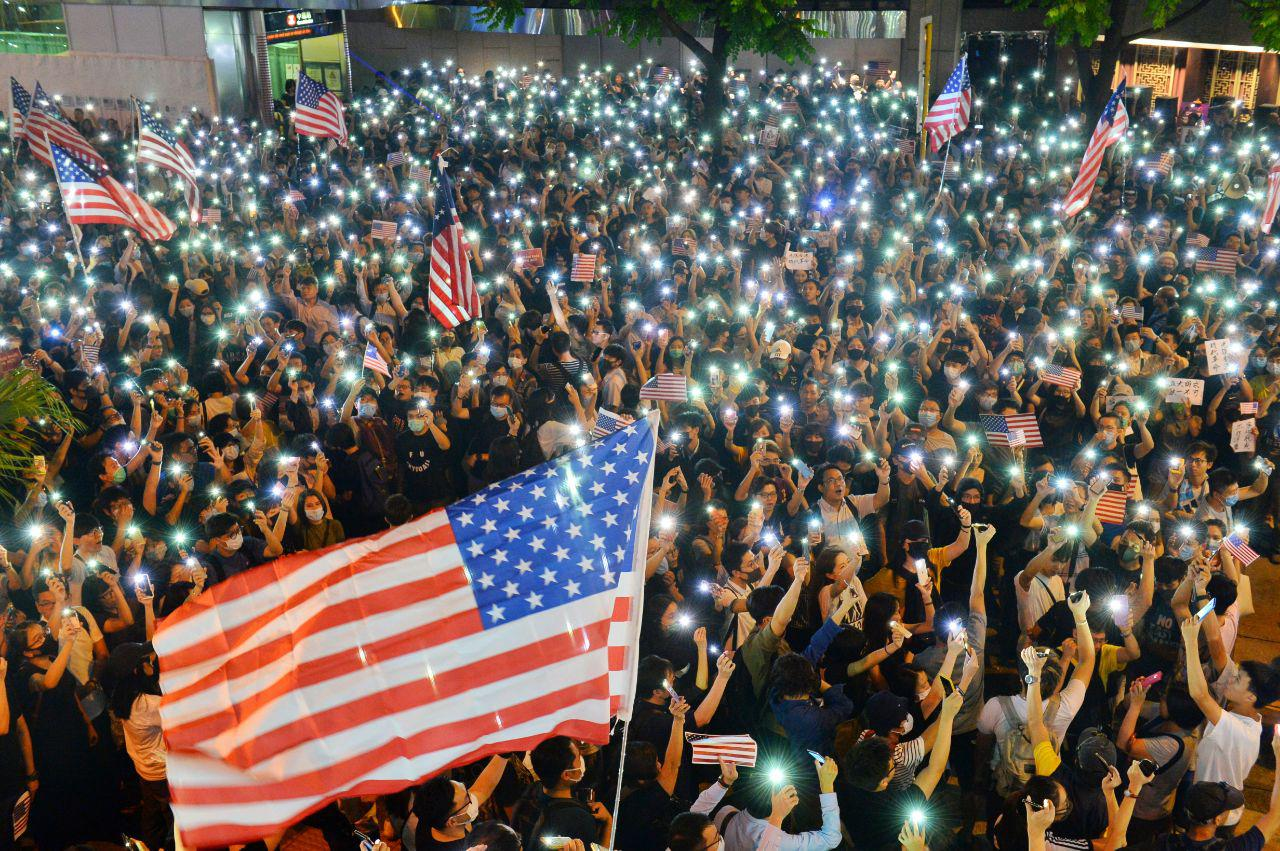 2019年10月14日晚,「香港人權民主法案集氣大會」在中環遮打花園舉行,大會宣佈有超過13萬人參加。圖為遮打道上的民眾。(宋碧龍/大紀元)