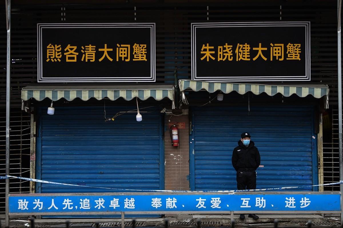 圖為中共病毒爆發的最初來源地武漢華南海鮮批發市場。(HECTOR RETAMAL/AFP via Getty Images)