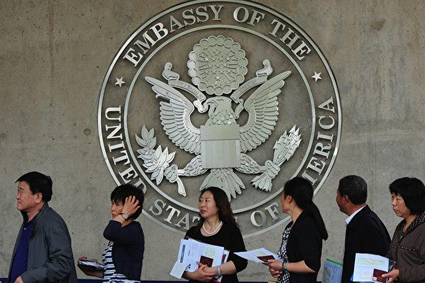 一位美國高級官員表示,美國駐華使領館將於2021年5月4日恢復對中國學生的簽證預約處理,但對部份具有「高科技」背景的學生將繼續實行限制。圖為中國人在美駐華大使館排隊等待簽證。 (MARK RALSTON/AFP/GettyImages)
