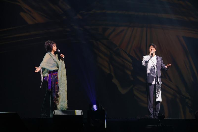 歌手周華健(右)於2021年4月10日晚間在台北小巨蛋開唱,歌手齊豫擔任演唱會嘉賓,兩人合唱讓全場觀眾尖叫聲不斷。(滾石唱片提供/中央社)