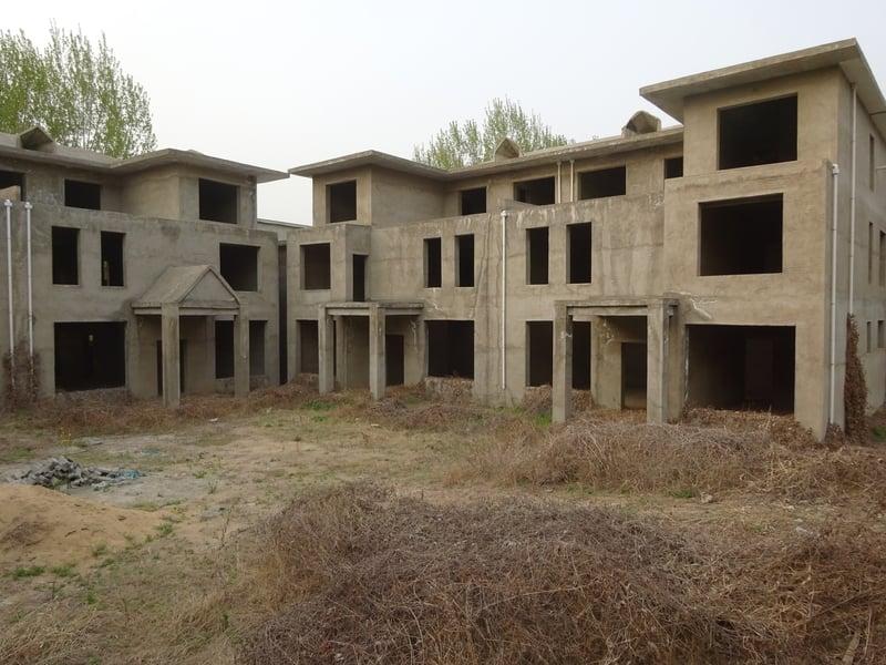 河南在2012年全面啟動建「造城」規劃,如今遍地爛尾樓,損失至少600多億。圖為南陽市臥龍區小陳莊爛尾的別墅群。(大紀元資料室)
