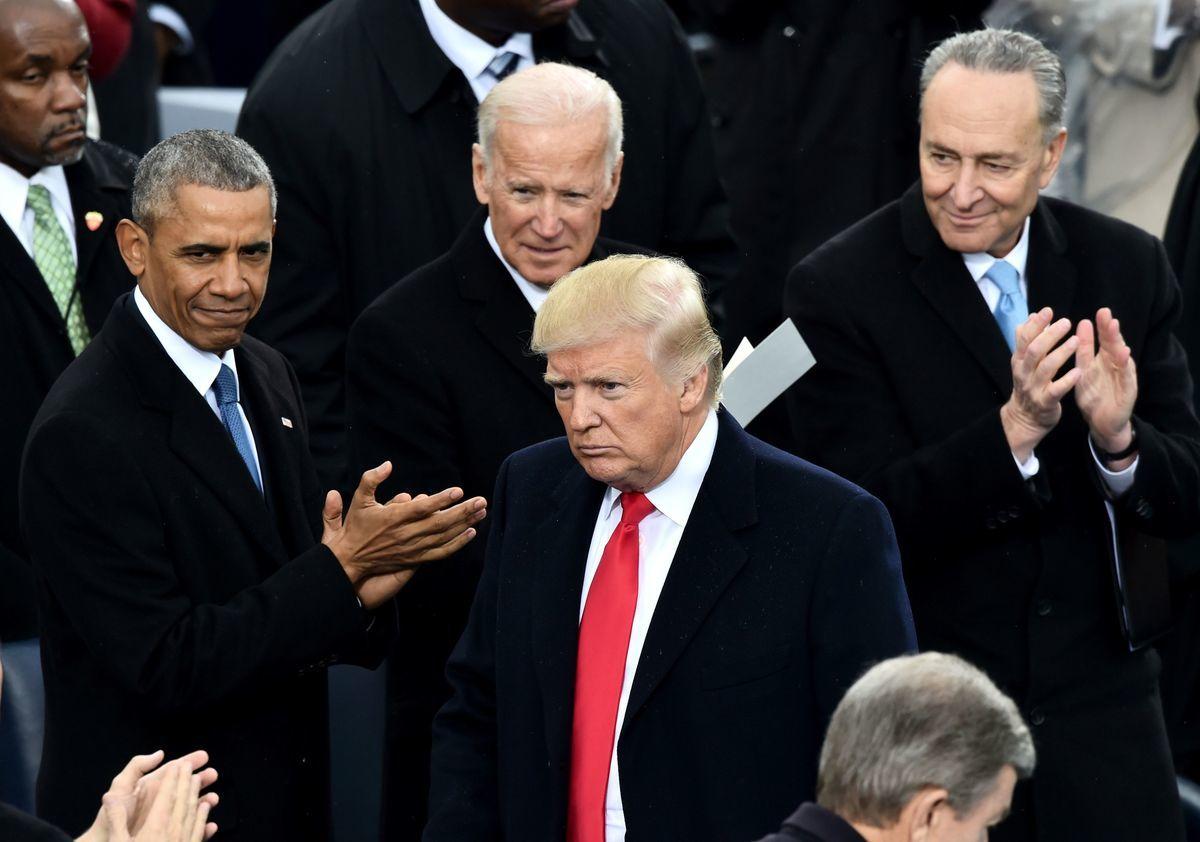 2017年1月,特朗普在國會山參加總統就職儀式,前任民主黨總統奧巴馬和副總統拜登表示祝賀。然而,之後民主黨發起針對特朗普的通俄門調查、通烏門、彈劾等行動。(PAUL J. RICHARDS/AFP via Getty Images)