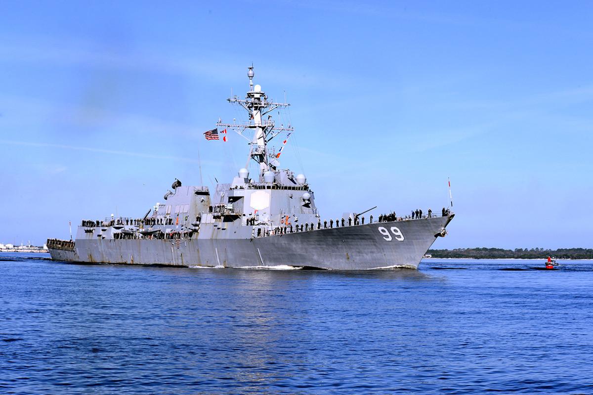 美國海軍驅逐艦「法拉格特號」(Farragut)於2019年11月19日穿過霍爾木茲海峽。(MC2 Sean P. La Marr/AFP)