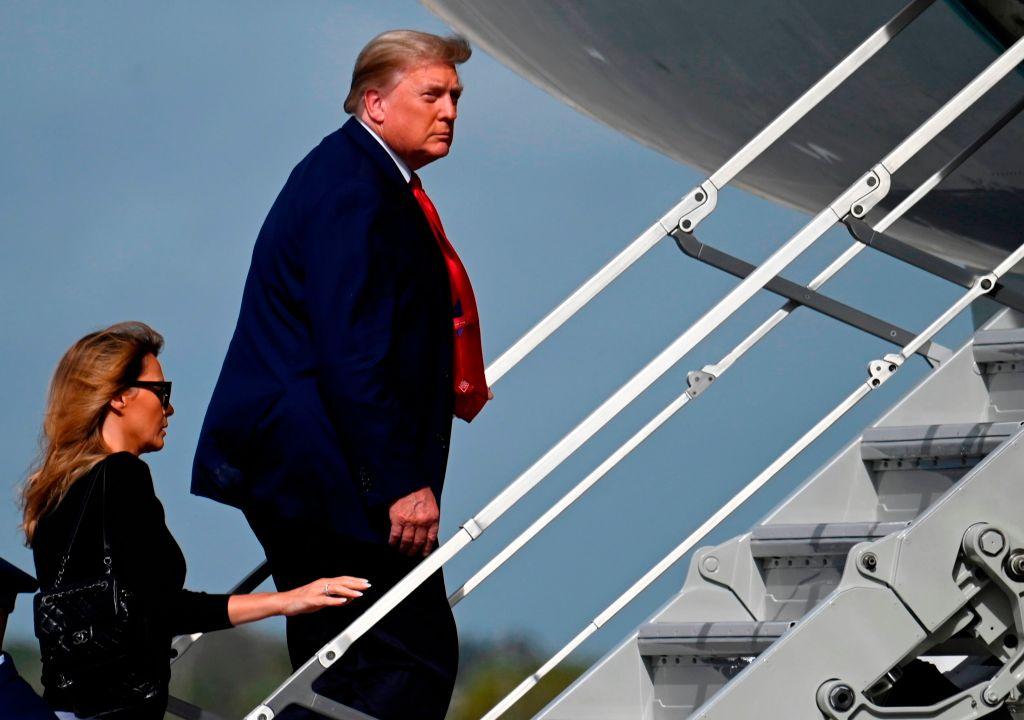 2020年12月31日,特朗普夫婦登上空軍一號返回華盛頓。(ANDREW CABALLERO-REYNOLDS/AFP via Getty Images)