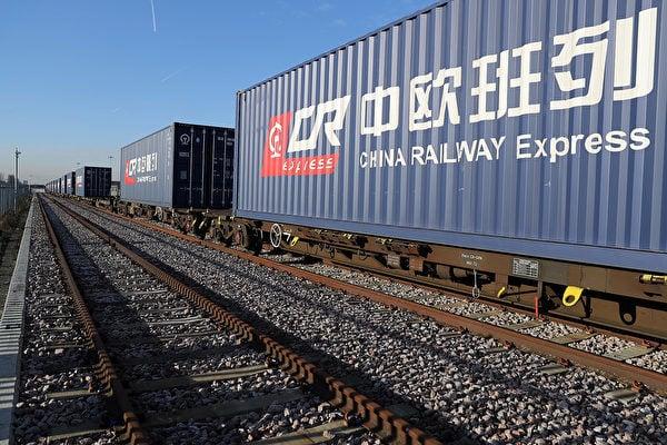 中共近些年來在世界上推廣「一帶一路」項目,以及大舉收購歐洲科技公司的系列舉動,使亞非歐至少13國深陷沈重外債,引發歐盟各國警覺。圖為中歐班列(往來於中國與歐洲以及一帶一路沿線各國的集裝箱國際鐵路聯運班列),其終點站就在北威州的杜伊斯堡。(Dan Kitwood/Getty Images)