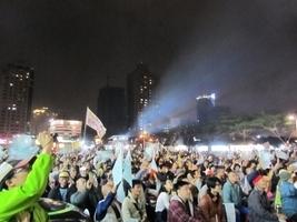 台灣大選 支持者匯聚各競選總部關注開票
