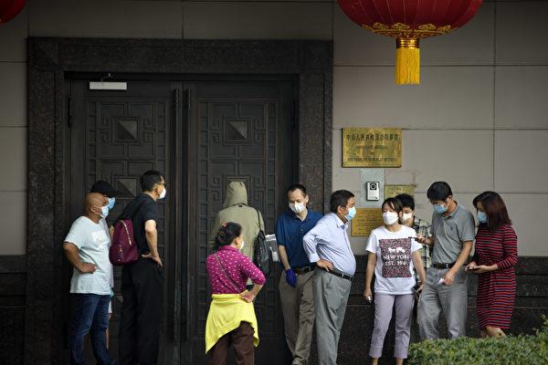 美國政府要求中共駐侯斯頓總領事館限時72小時關閉、撤離人員。(MARK FELIX/AFP /AFP via Getty Images)