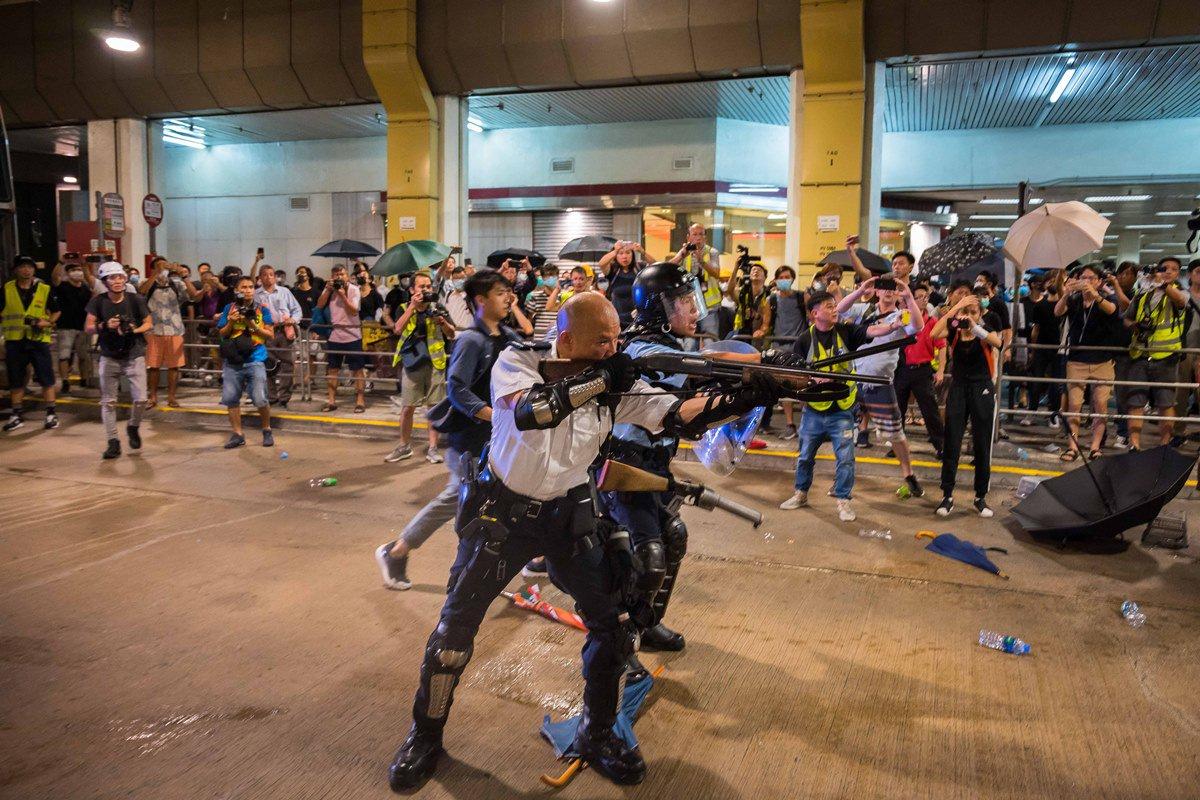 一名葵涌警署警長在衝突中多次以舉槍指向市民。(Billy H.C. Kwok/Getty Images)