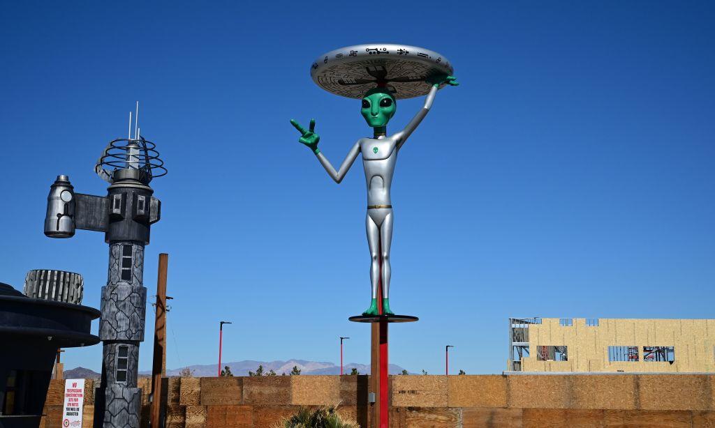 51區通道外的外星人雕塑。(FREDERIC J. BROWN/AFP/Getty Images)