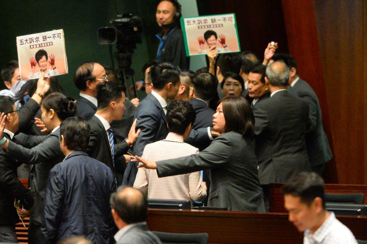 10月16日,林鄭月娥離開立法會時遭民主派議員包圍。(宋碧龍 / 大紀元)