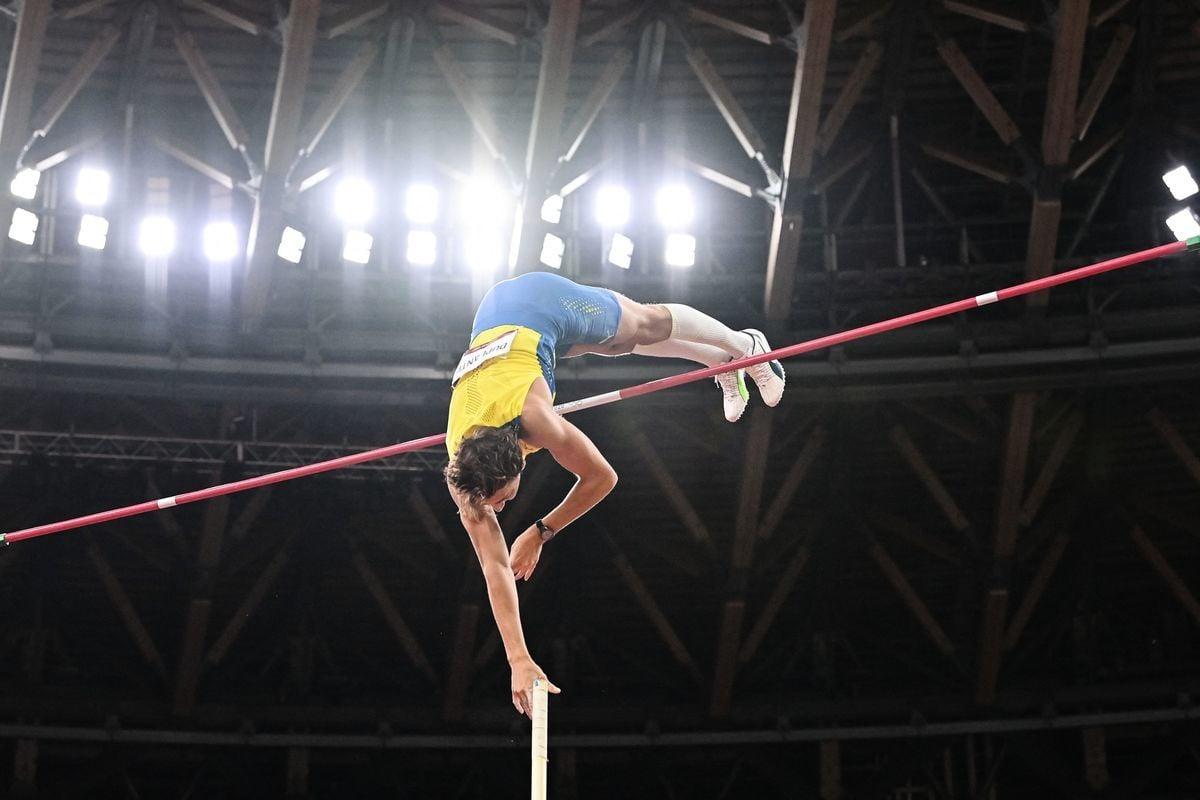 東奧會男子撐竿跳決賽中,年僅21歲的瑞典天才杜普蘭蒂斯輕鬆奪冠。圖為他躍過橫桿瞬間。(ANDREJ ISAKOVIC/AFP via Getty Images)