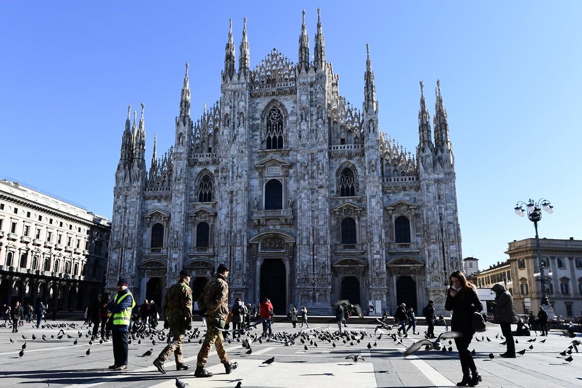 2020年2月28日,米蘭市中心的米蘭大教堂廣場幾乎是空的。自從中共病毒(俗稱武漢病毒、新冠病毒、Covid-19)在意大利爆發以來,許多來意大利北部旅遊的遊客,將病毒帶回他們的國家。意大利北部成了歐洲在爆發中心。(Miguel MEDINA/AFP)