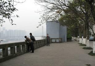 4月1日,網絡上流傳著重慶師範大學楊濟余教授的文章「我言說,故我在:教師獨立宣言」,引發輿論風暴。圖為重慶大學沿江馬路(大紀元)