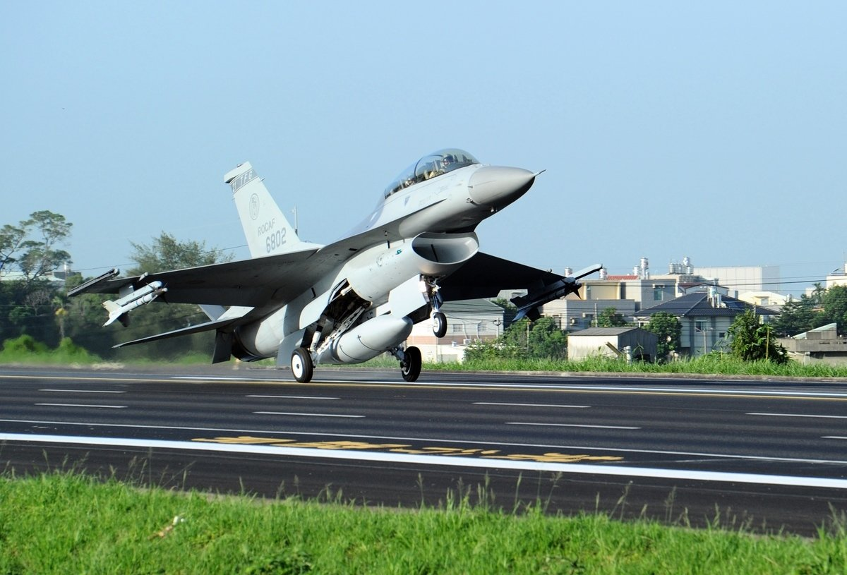 美國公佈最新的對台軍售,內容包含目前在路克空軍基地的F-16戰機飛行員訓練計劃及後勤維護支援。圖為台灣F-16戰機。 (SAM YEH/AFP)