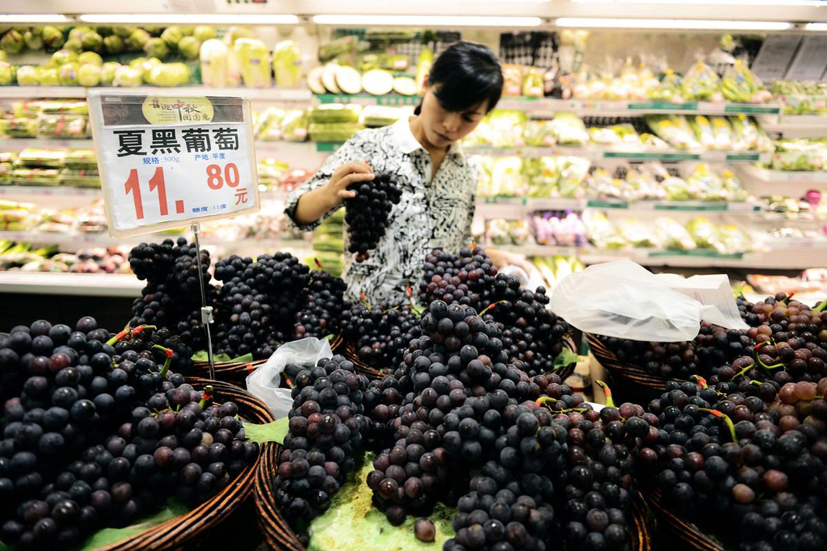 6月中國居民消費價格指數年增2.7%,其中鮮果價格年增42.7%,豬肉價格年增21.1%,鮮菜價格上漲4.2%。 (STR/AFP/Getty Images)