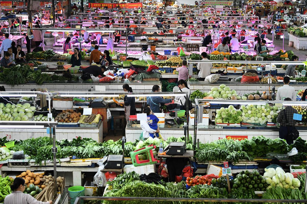 特朗普的等待遊戲,美國可以玩,但中共玩不起。圖為今年4月中國廣西南寧的一個菜市場。(Getty Images)