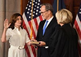 霍楚爾宣誓就職 紐約迎來首位女州長
