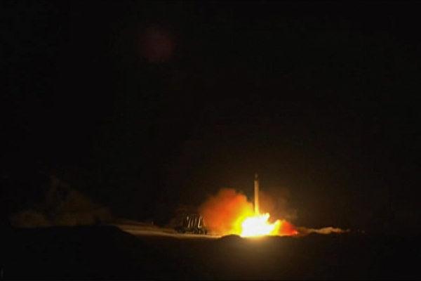 1月8日,伊朗對駐伊拉克美軍和聯軍發動空襲,引發國際譴責。(IRAN PRESS / AFP)