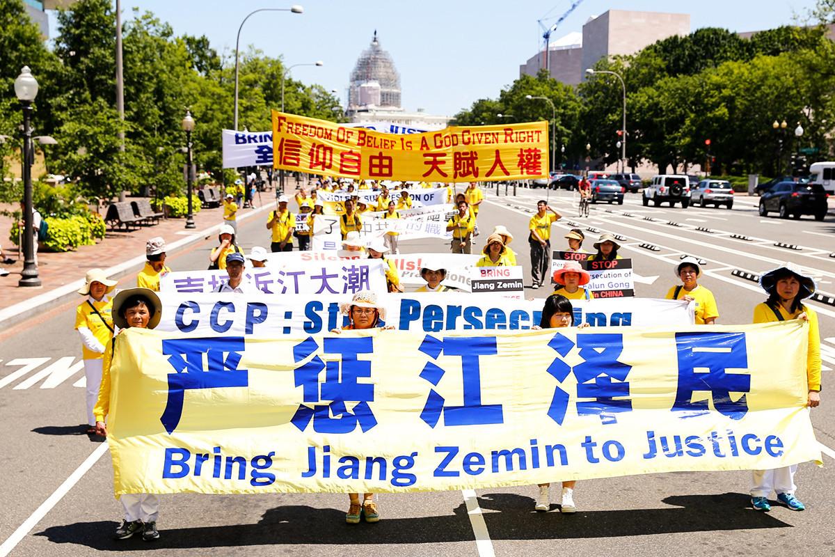 2015年,海外法輪功學員聲援在全球風起雲湧控告江澤民的「訴江」大潮。(明慧網)