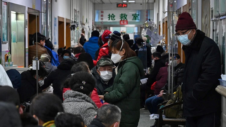 2020年1月25日,人滿為患的中共肺炎就診者在武漢紅十字會醫院等待。(新唐人電視台)